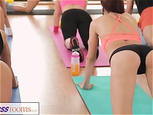 FitnessRooms astounding butts on showcase before all girl honies