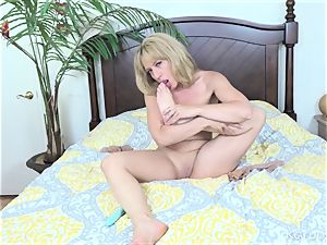 Stevie Lix Plays With Her vulva With fuck stick