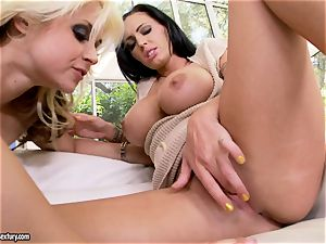 Jenna Presley and Sarah Vandella kissing on couch